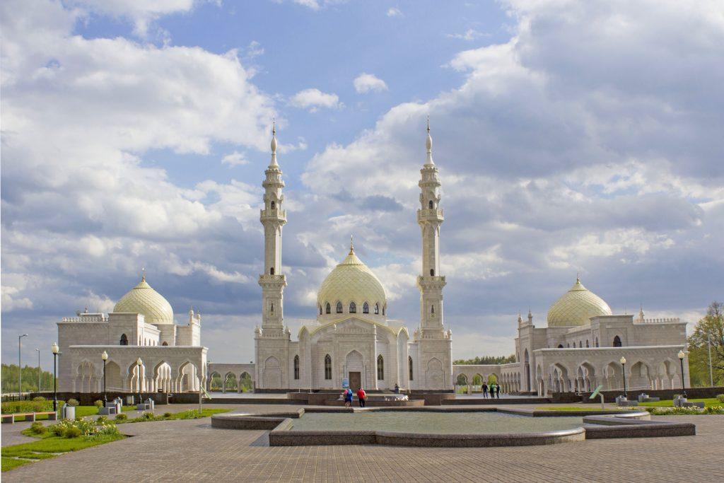 «Белая мечеть» находится за пределами древнего Болгарского городища и своим видом напоминает знаменитый дворец Тадж-Махал в Индии. Она была построена в 2010 году в рамках реализации республиканского комплексного проекта «Культурное наследие – остров-град Свияжск и Древний Болгар».